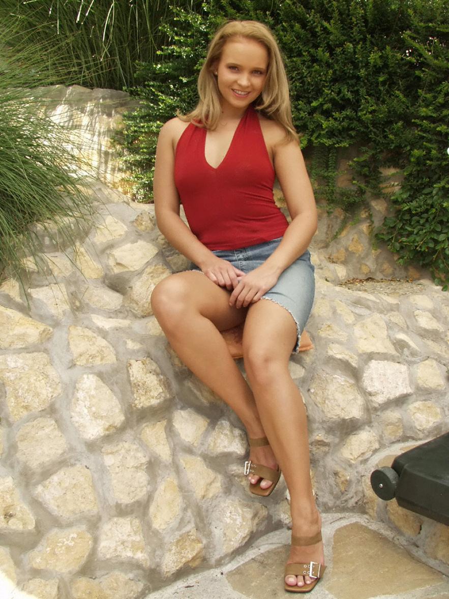 attraktive Blondine im roten Top